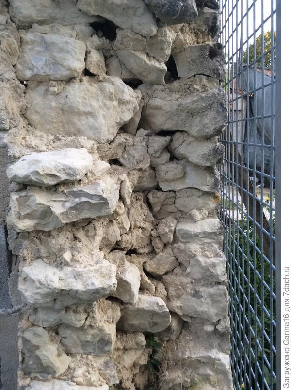 Стена в разрезе. Это забор, толщина стен дома  60 -80 см