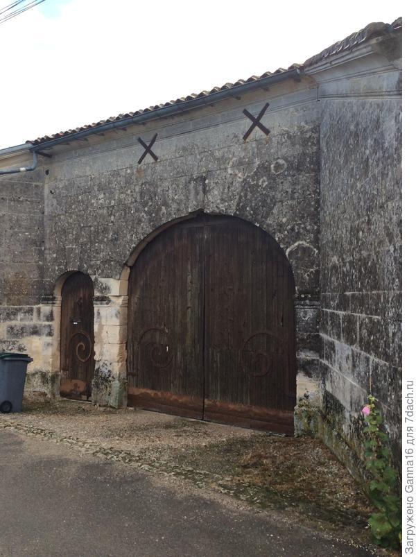 Забор с воротами.  Старый и традиционный.