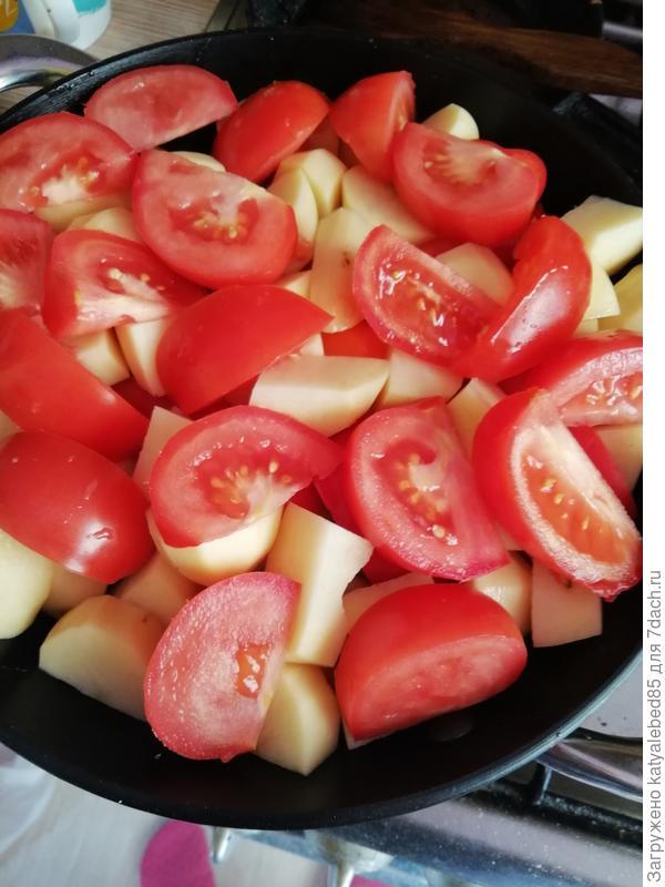 томаты дольками (я делаю с кожурой)