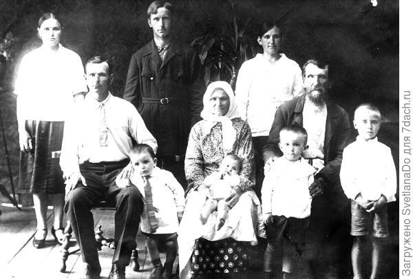 моя бабушка (крайняя слева) с родителями  и братьями