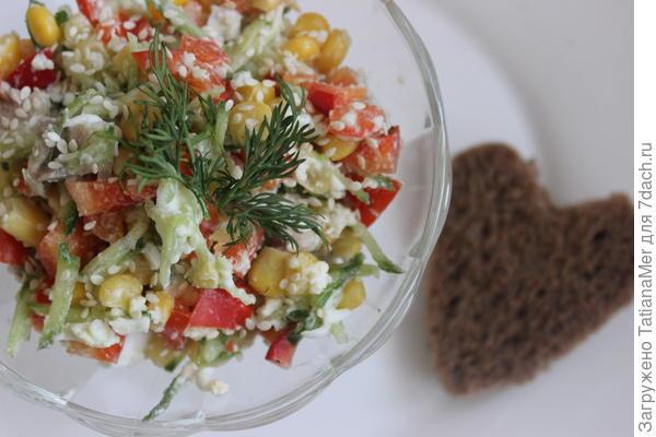 Для приготовления салата нам потребуется -1 красный перец -50 гр консервированной кукурузы -1 огурец среднего размера -1 вареное яйцо -50 гр отварной грудки -кунжут для украшения все продокты нарезаем кубиками,перемешиваем и салат готов. Прекрасный и вкусный салат, может быть чудесным перекусом или полноценным обедом людей, следящими за фигурой. в 100 гр салата содержится всего 33кКал и всего 5 минут вашего времени,без учета времени варки грудки и яйца. ПРИЯТНОГО АППЕТИТА!