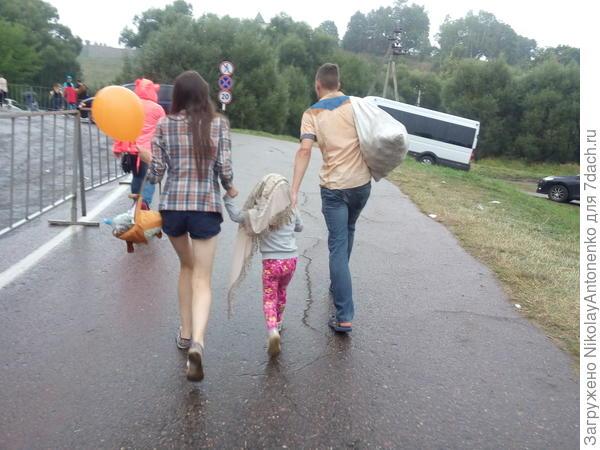 Когда начался дождь, мы бежали оттуда. Самые проворные могли захватить хоть какие-либо гостинцы.