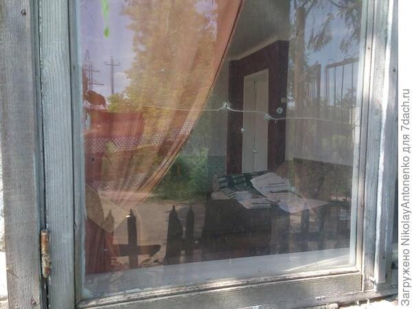 расстрелянное окно правления, на столе видна рекомендация звонить в полицию по тел.67-04-02