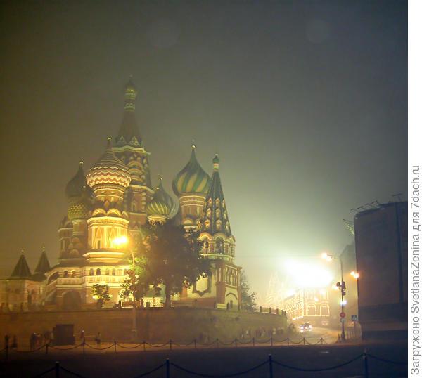 В туманном смоге храм стоит