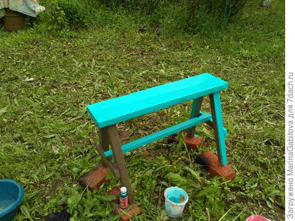 сестра красила скамейку
