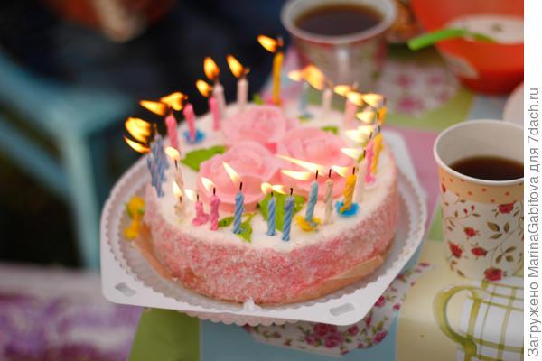 торжественно вынесен торт)) у нас были еще пирожные (это я оправдываюсь почему торт небольшой)