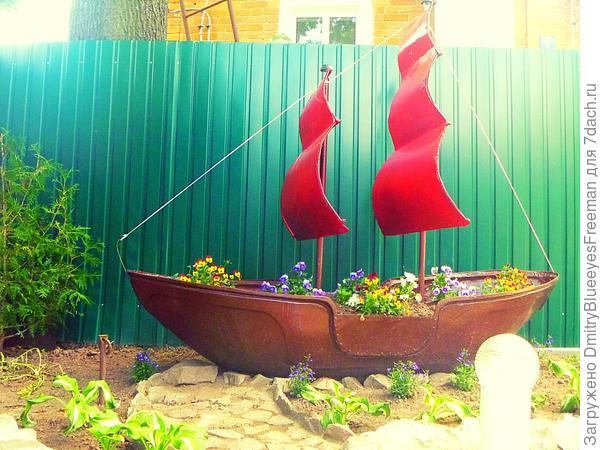 Во дворе плавает... цветочный корабль.)