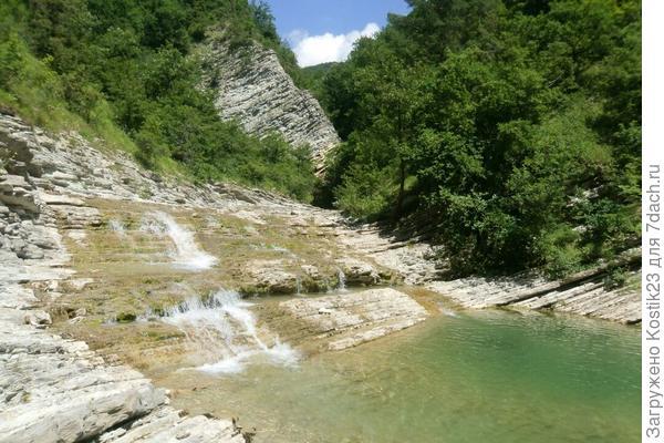 Первый небольшой водопад,с купальной чашей после 3-ёх часов пути..