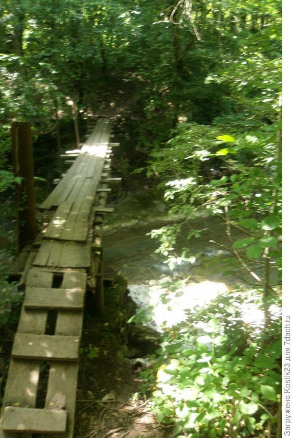 Самодельный мост через притоку...