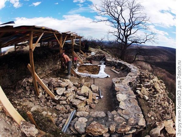 Стройка дома на скале
