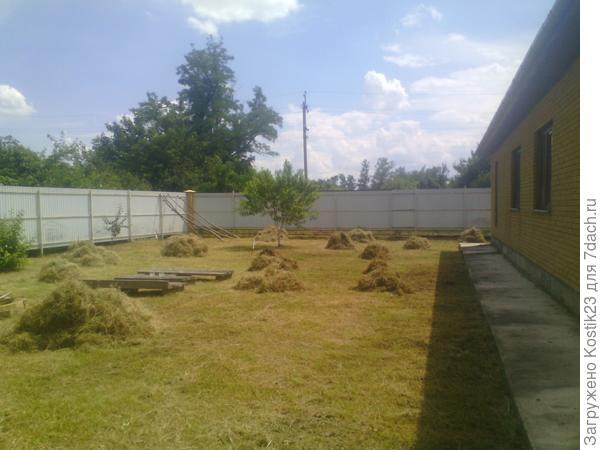 Вдоль всей стены дома будет идти терраса шириной примерно в 4 м.