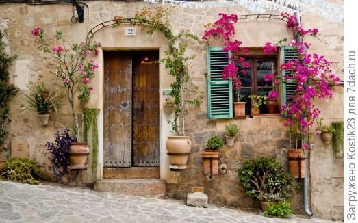 Вот я имел ввиду цветавую гамму ! Грубые стены ,яркие ставни и нежные цветы.