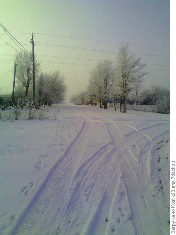 Редкий снег и зимой улица приобретает сказочную красоту...