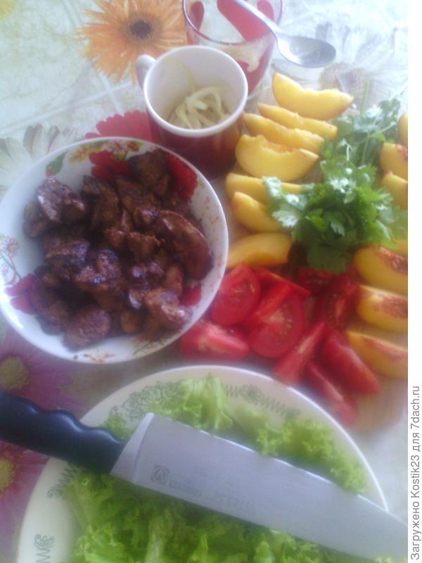 Всё режем крупными дольками и собираем салат.