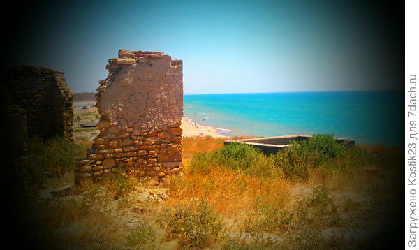 Развалины верхней части дзота,что было во время великой отечественной войны оборонительным блок постом и  здесь удерживали фашистов с моря...