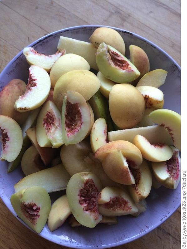 Нарезаем фрукты дольками...