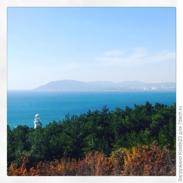 Осенний лес и маяк....