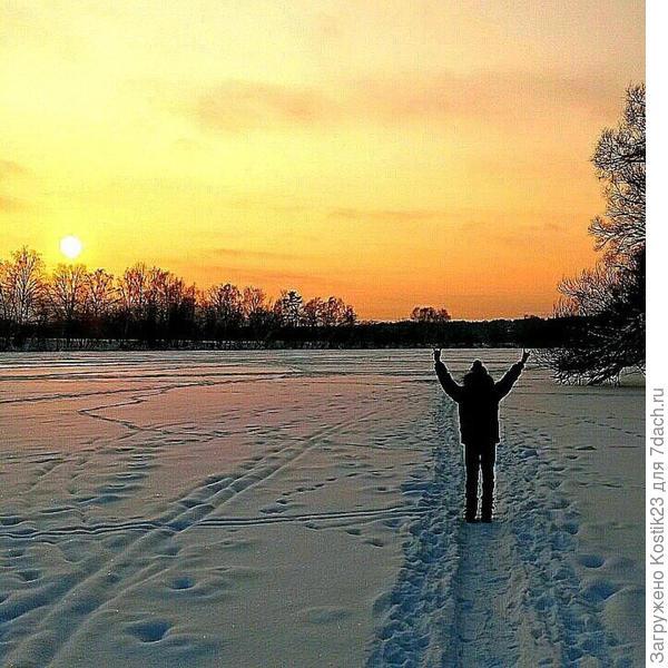 Гулял с сыном одноклассницы по москва реке...он машет солнышку уходящему и говорит ему спасибо за день ,я фотографирую :)