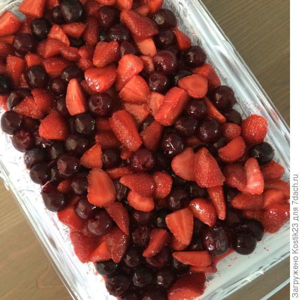 Выкладываем фрукты в форму смазанную сливочным маслом...