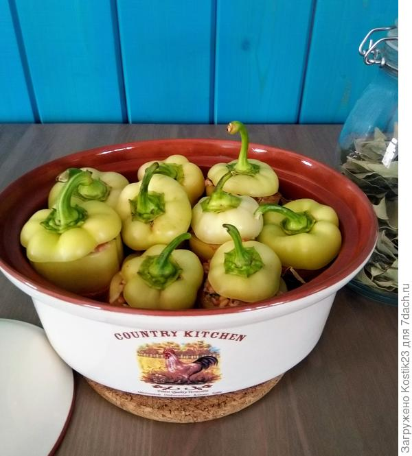 Фаршированные перцы с булгуром и кедровыми орешками и мятно-йогуртовый соус