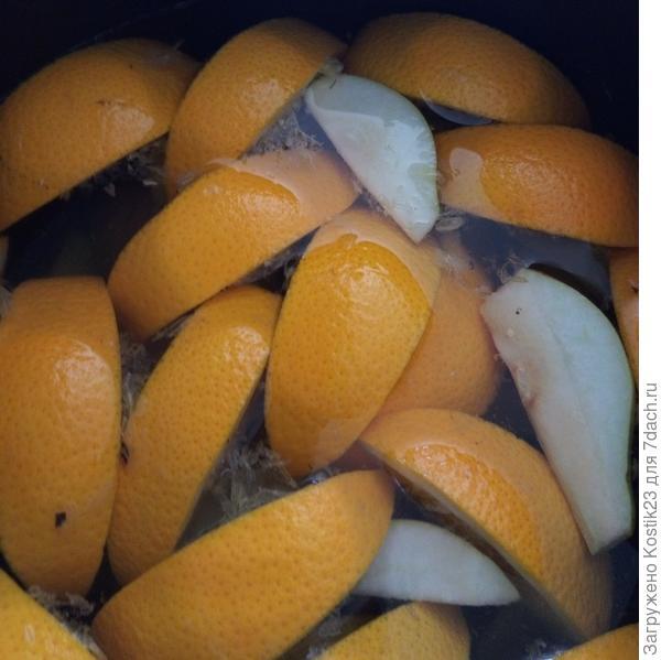 Погрузите апельсины и груши в кастрюльку с водой...