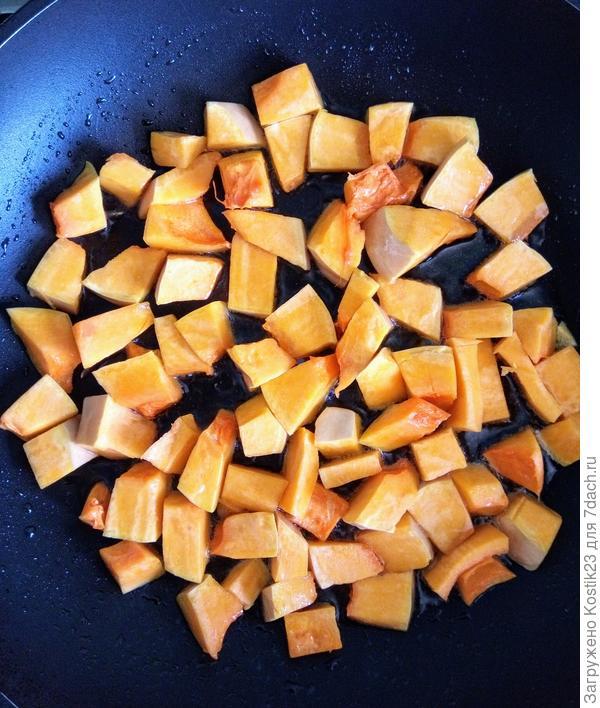 Обжарить на сковороде и добавить тмин .