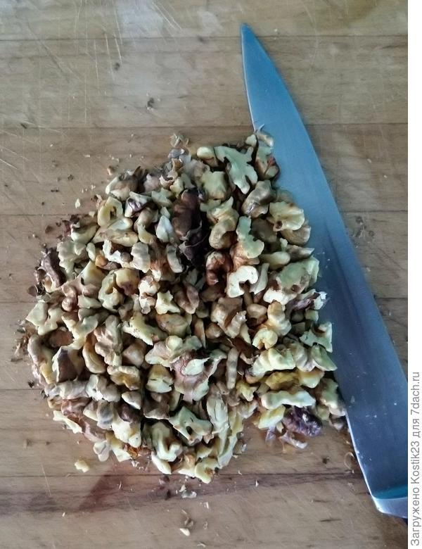 Нарубите грецкие орехи ножом...