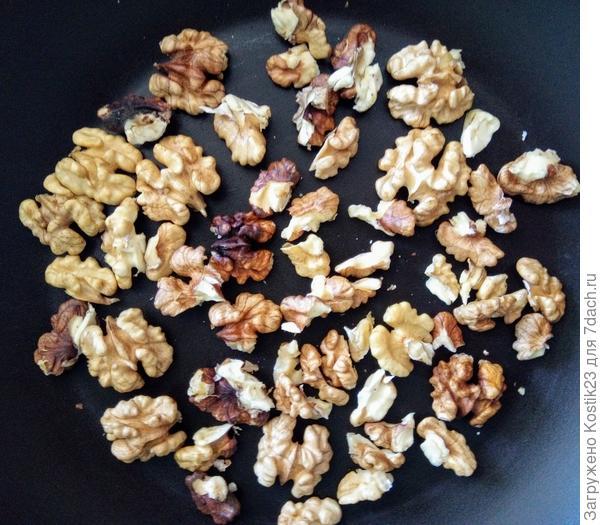 Обжарьте орехи на сухой сковороде...