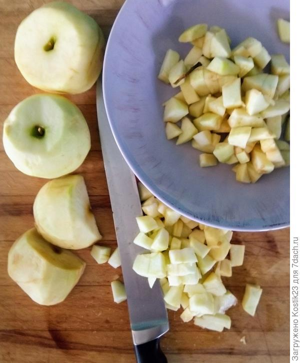 Нарежьте яблоки кубиком...