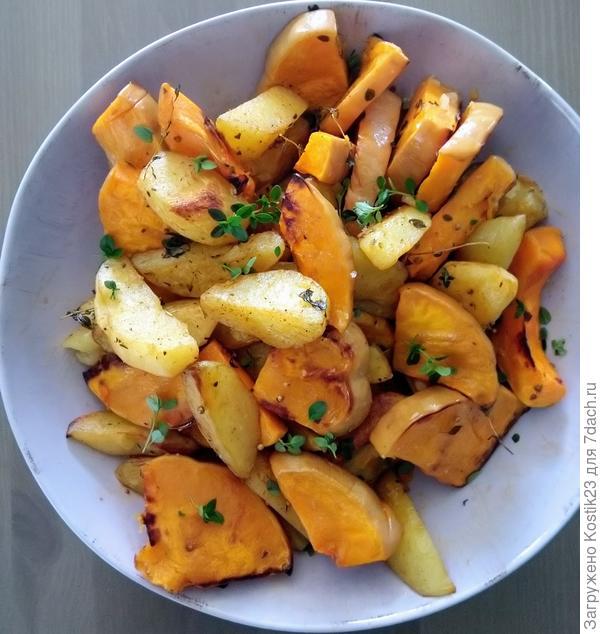 Гарнир,запечёная тыква и картошечка с кориандром,сладкой паприкой и свежим тимьяном... :)