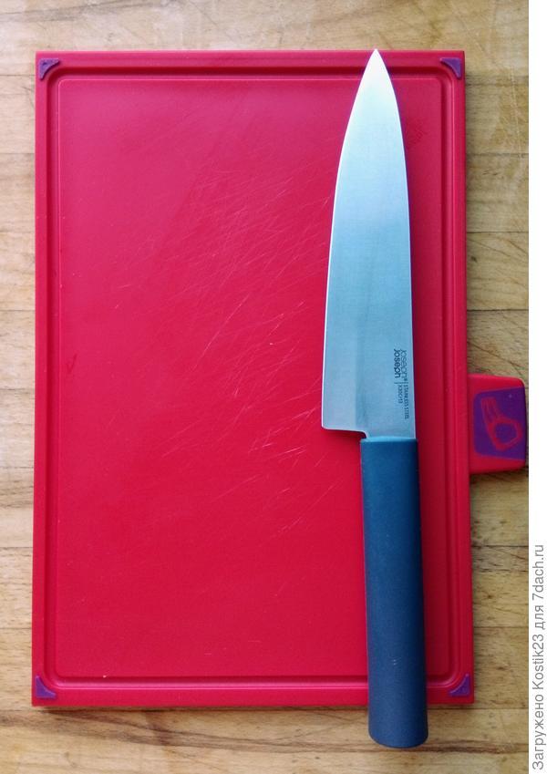 Нож и доска для мяса и подобных продуктов,на доске имеется по краям бороздки ,что не позволяет соку  растекаться на стол...