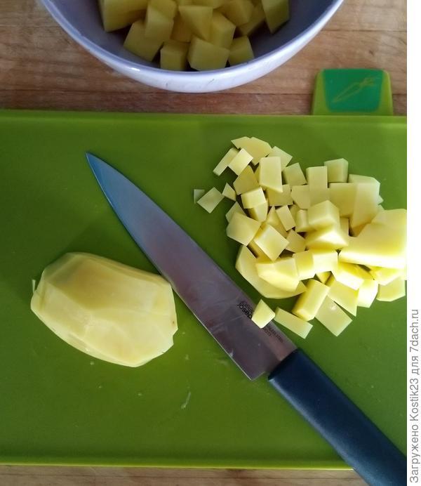 Нарезаем кубиком картофель...