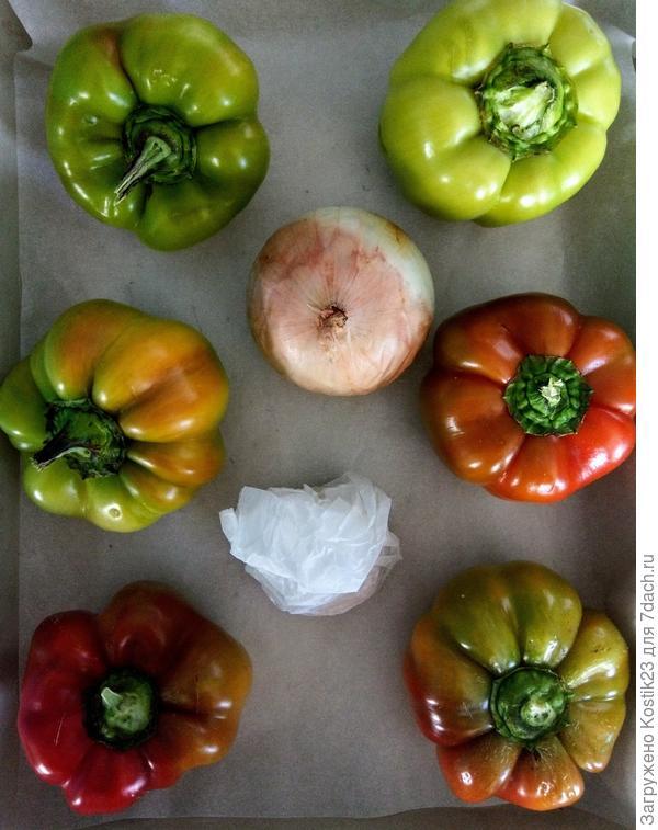 Выкдывем на противень болгарский перец и чеснок ( чеснок заверните в бумагу для запекания либо в фольгу) И убираем в духовку на 20-30 минут на 200 градусов...