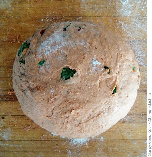 """Через 20-30 минут , вымешать тесто до однородного состояния ( пока томаты и базелик не """"войдут"""" хорошо в тесто). Формируем шарик..."""