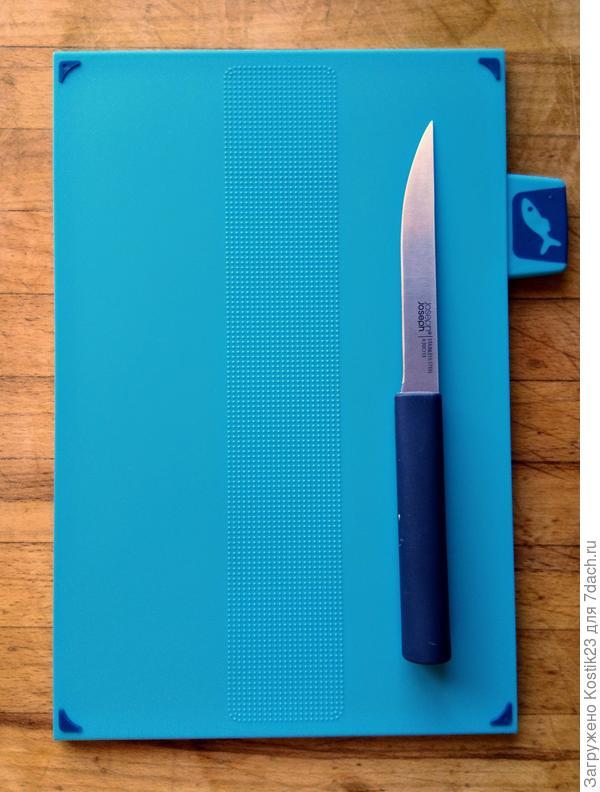 Нож и доска для рыбы. Самый тонкий нож,я имею ввиду саму толщину металла,он гнётся при нажатии,что удобно при разделки рыбы и к тому же на доске есть специальная вставка шорховатая,что не позволит скользить рыбе при её разделки... К тому же очень удобно делать надрезы на хлебе,словно бритвой ...