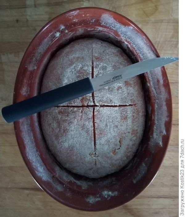 """Через 30 минут когда тесто """"отстаится"""" и поднимется,надрежте острым ножом  сверху ,нож для """"рыбы"""" идеально подходит для этой цели,я этому очень рад :)!"""