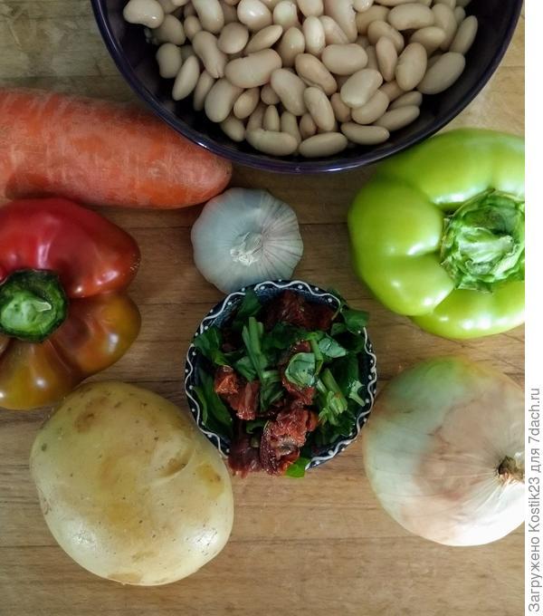 1) Морковь - 2 штуки. 2) Картофель - 2 штуки. 3) Воды - 3,5 литра воды. 4) Вяленые томаты - 3 столовых ложки. 5) Перец болгарский -6-7 штук. 6) Фасоль белая -2 банки ( натуральная, консервированная). 7) Базелик свежий -3-4 веточки. ( базелик сухой -2 чайные ложки). 8) Лук - 1 штука. 9) Чеснок - 1 головка. 10) Паприка сладкая копчёная - 2 чайных ложки с горкой. 11) Соль по вкусу.