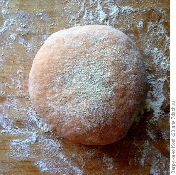 Через 30-40 минут вымешивайте тесто пока оно не станет однородным и эластичным ,это примерно около 10 минут. Припудрите мукой положите в глубокую миску накройте влажным полотенцем и оставьте она час - полтора...