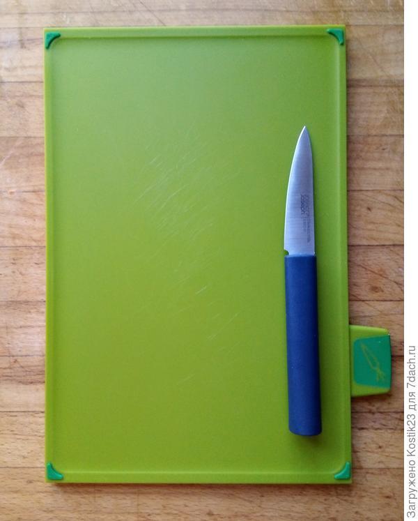 Нож и доска для овощей,доска слегка как бы вогнутая ,что не позволяет соку и семечками с овощей или фруктов стекать с доски...
