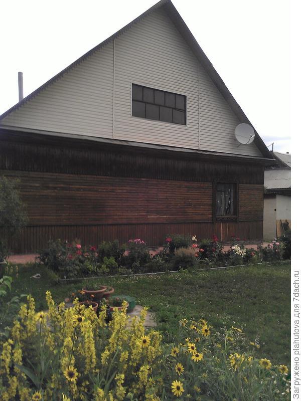 Фото сделано позже. Дом почернел, сайдинг без изменений.