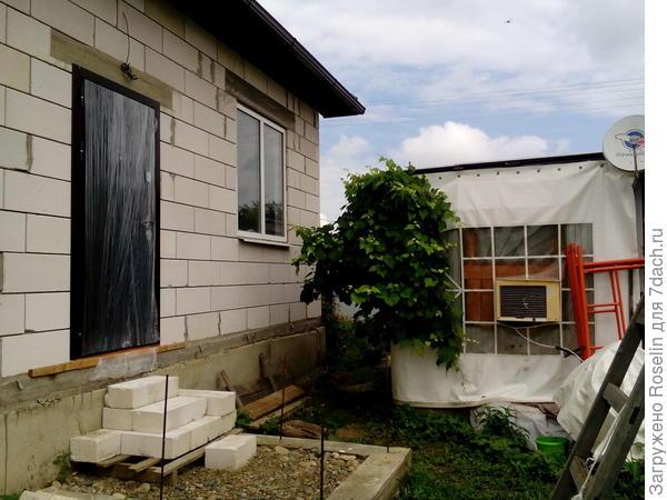 В вагончике мы пока живём,рядом пристроили временную кухню и большой навес. Потом здесь будет двор