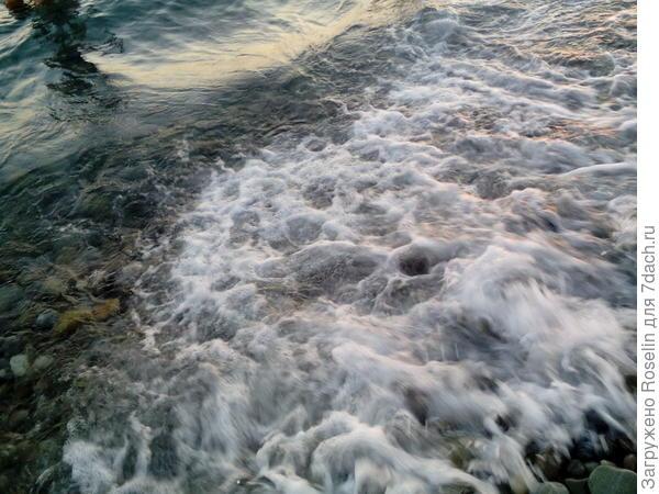 Тёплые прозрачные волны лениво шуршат галькой...