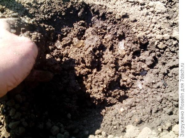 Перемешиваю гель и землю