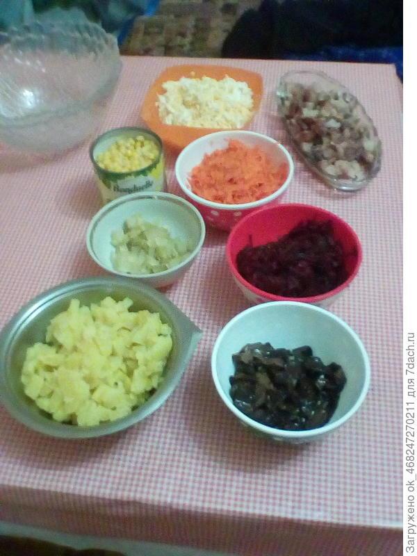 Сделаем 2 салата, один с маринованными грибами, второй с маринованными цукини.