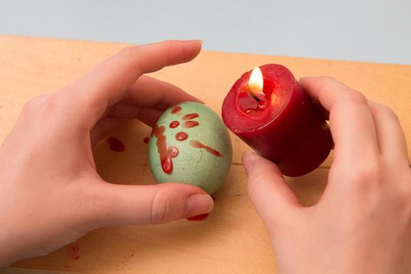 Сначала на яйца нужно нанести капли воска