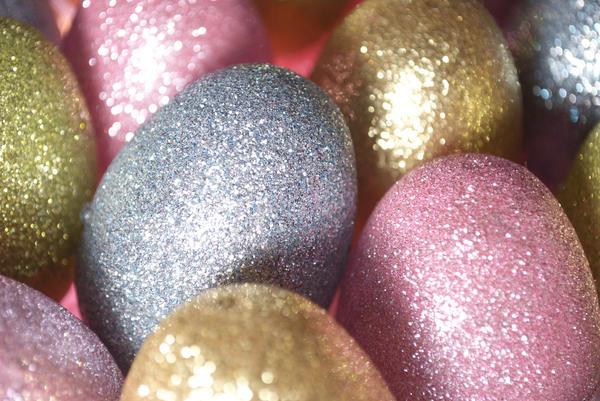 Яйца, украшенные блестками