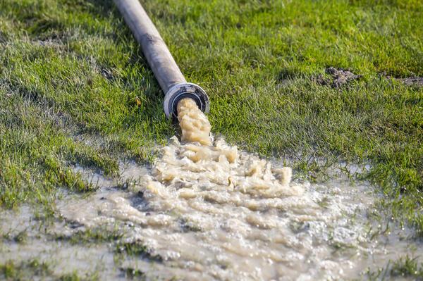 Для откачки грязной воды используют дренажные насосы