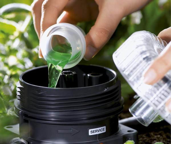 Система капельного полива позволяет подавать удобрения точно к корням растений, но нужно выбирать качественные жидкие или водорастворимые подкормки