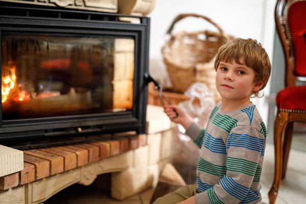 Не оставляйте детей без присмотра рядом с камином или печкой