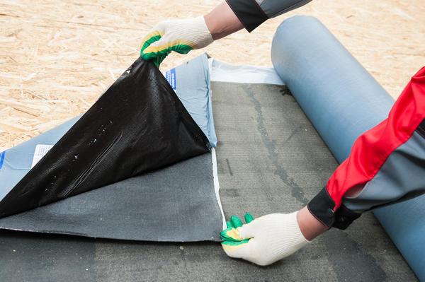 Для укладки самоклеящихся ковров достаточно отделить защитную пленку и плотно прижать материал к поверхности